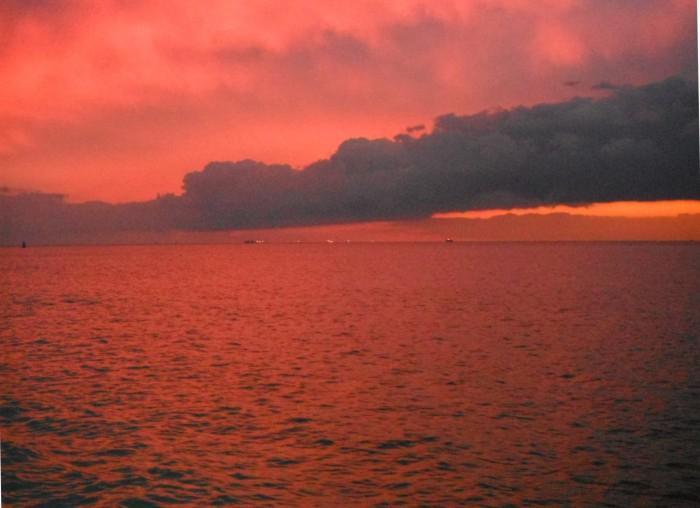 21-9-12 20h09 La baie de Seine cargos au Havre au coucher de soleil.JPG