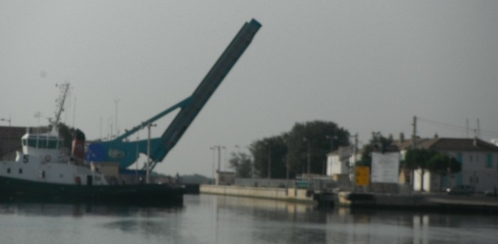 27-7-12 8h56 Port St Louis du Rhônel'écluse se lève.JPG