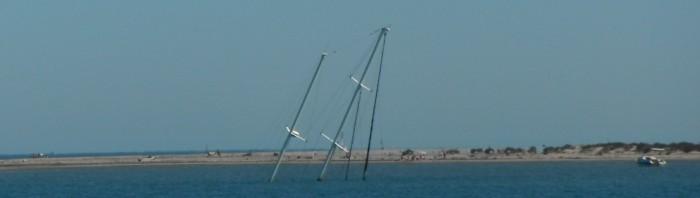 18-7-12 17h07 ketch coulé devant Port Napoléon.jpg