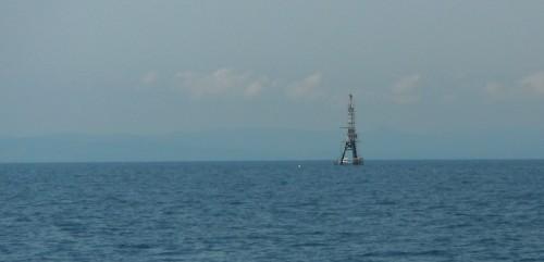 27-6-12 13h55 Tour Eiffel de Cabo Tortosa et bouées avant Port Salou.JPG