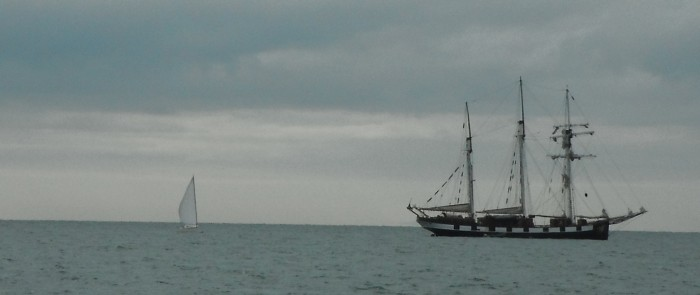 2012-09-28 10h52 La boudeuse et 1 voilier mât particulier St Vaastlong.jpg